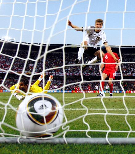 写真:後半25分、ミュラー(右上)がドイツ4点目のゴールを決める=越田省吾撮影