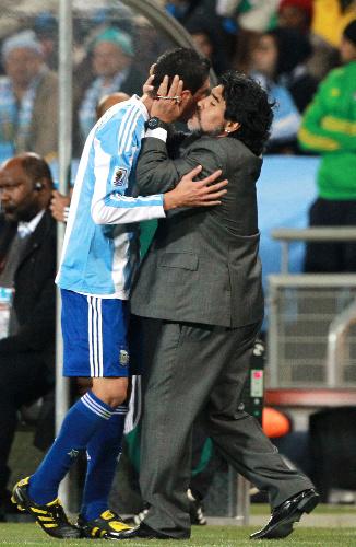 写真:選手にキスするマラドーナ監督=杉本康弘撮影 · 拡大