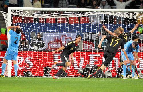 写真:後半36分、こぼれ球を頭で押し込み決勝ゴールを決めたドイツのケディラ(6)=杉本康弘撮影