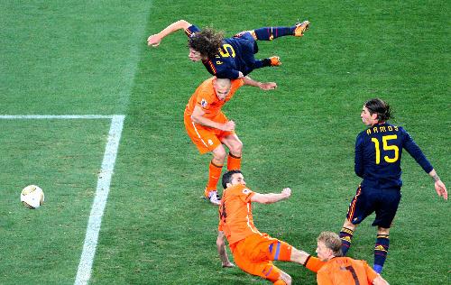 写真:後半、CKにスペイン・プジョル(5)が頭で合わせるもゴールならず=杉本康弘撮影
