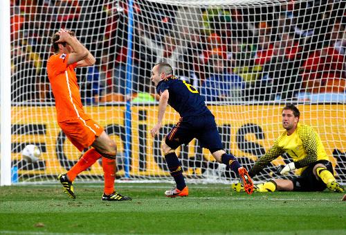 写真:延長後半11分、スペインのイニエスタ(中央)はゴールを決める。オランダGKステケレンブルフ(右)=越田省吾撮影