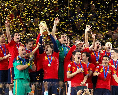 写真:オランダを破って初優勝を果たし、ワールドカップトロフィーを掲げて喜ぶスペインの選手たち=越田省吾撮影