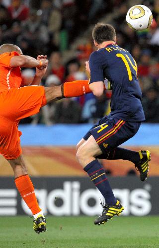 写真:前半、スペインのシャビアロンソ(右)は、胸にオランダ・デヨングのキックを受ける=越田省吾撮影
