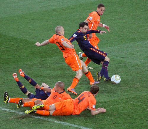 写真:延長前半、ゴール前でスペイン・シャビ(8)へのパスを許し、ピンチを招くオランダ守備陣=杉本康弘撮影