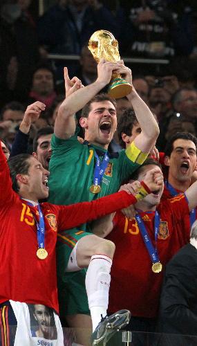 写真:ワールドカップトロフィーを高く掲げるスペイン主将のカシリャス=越田省吾撮影