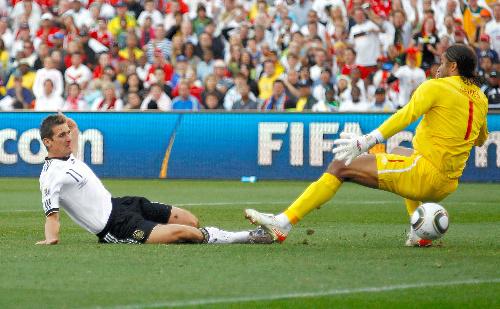 写真:前半20分、先制ゴールを決めるドイツ・クローゼ。イングランドGKジェームズ=ロイター