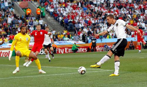 写真:前半32分、ゴールを決めるドイツ・ポドルスキ。イングランドGKジェームズ=ロイタ−
