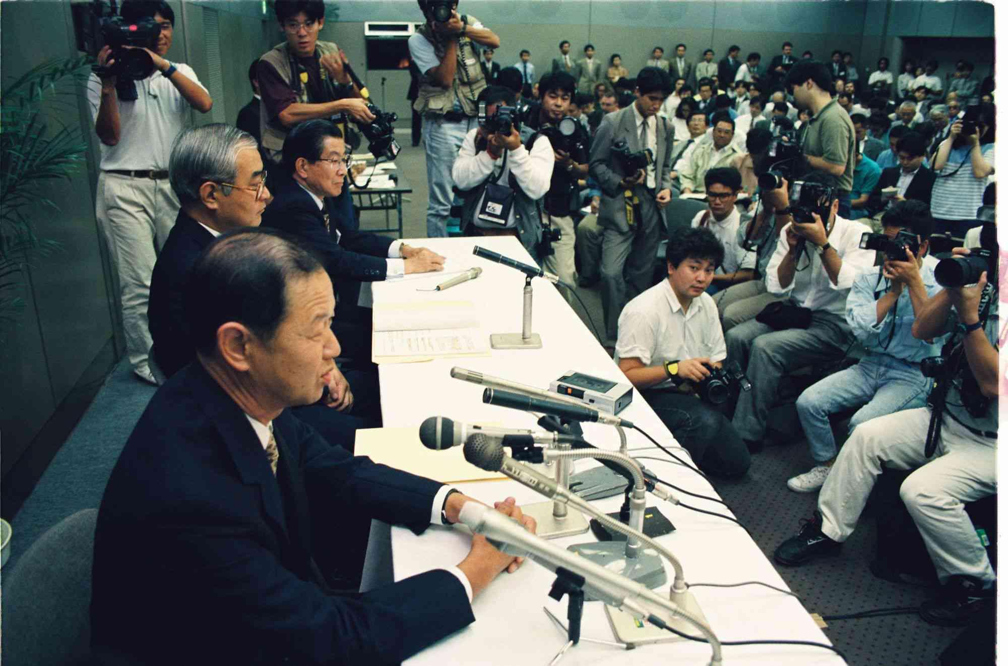 多数の報道陣を前に、F1レースからの撤退を発表する本田技研工業の ...