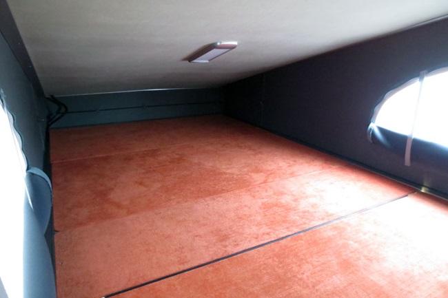 ポップアップルーフの中。天井が斜めなので足下は狭いが、頭上は広々としている(画像提供:インディアナ・RV)
