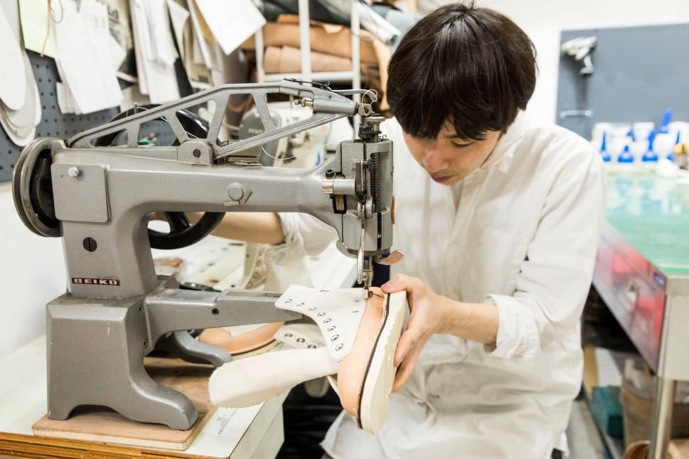 ゆっくりと丁寧にミシンの針を進めていく。精度の高い縫製も人気の秘密だ