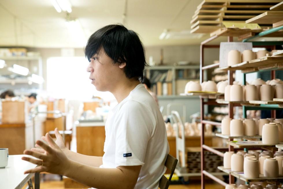 """上出さんは、デザインやアートディレクション、経営を担当する「上出長右衛門窯」の""""総司令官""""の立場"""