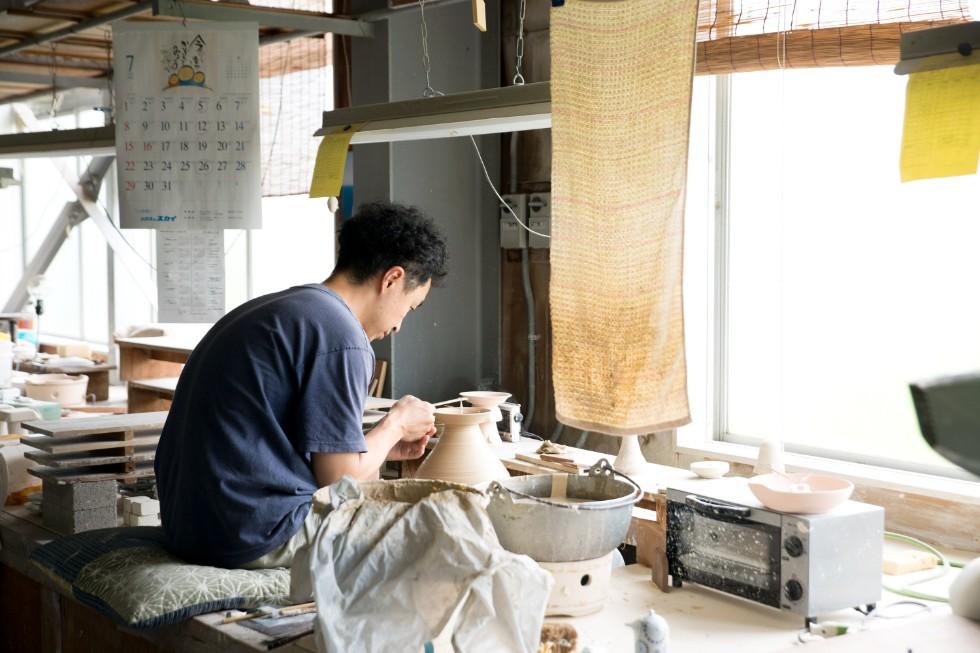 食器や湯呑は、生地づくりや絵付けなど分業制で行う