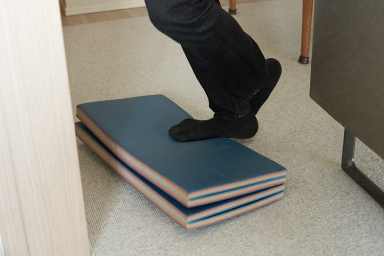 自宅でも鍛えているという羽田さん。よくやるのは、片足のつま先だけでマットに乗り、かかとを上下させてふくらはぎを鍛えるトレーニング