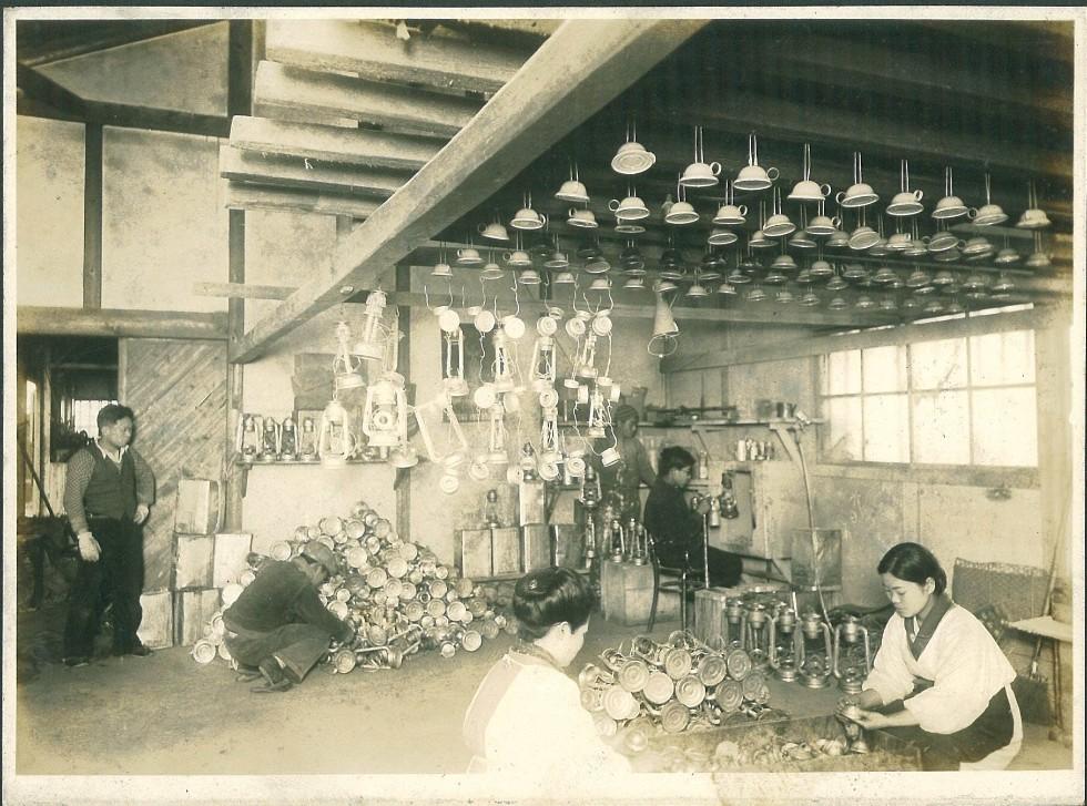 昭和期に別所ランプ製作所で行われていたハリケーンランプ作りの様子/WINGED WHEEL提供