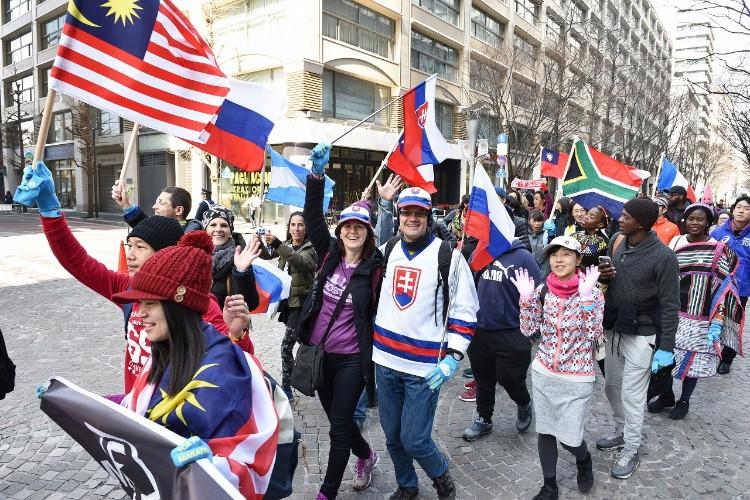 それぞれの国旗や民族衣装でパレードするランナーたち(写真提供:東京マラソン財団)