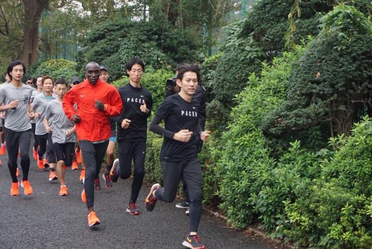 神宮外苑でナイキユーザーの一般ランナーと走るキプチョゲ選手(撮影=筆者)