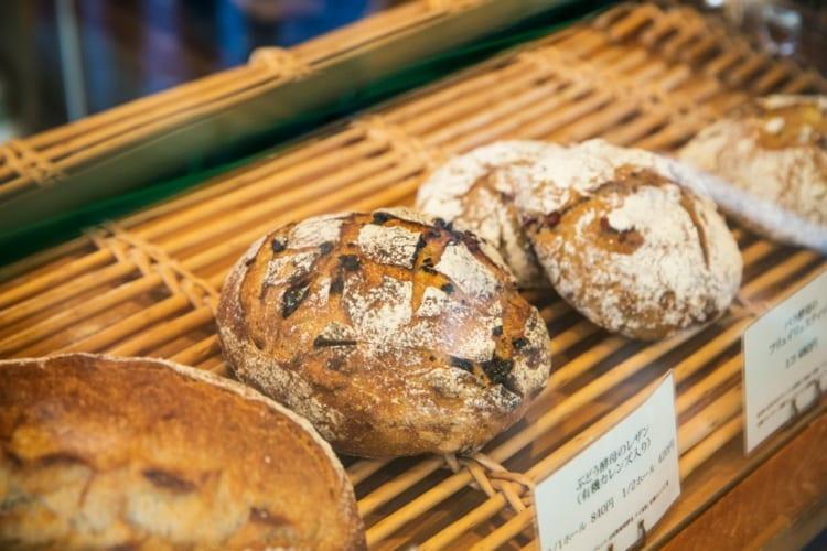 季節の酵母を使ったパンが並ぶ