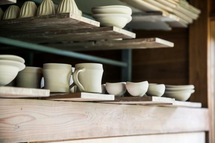 窯入れを待つカップや小皿など