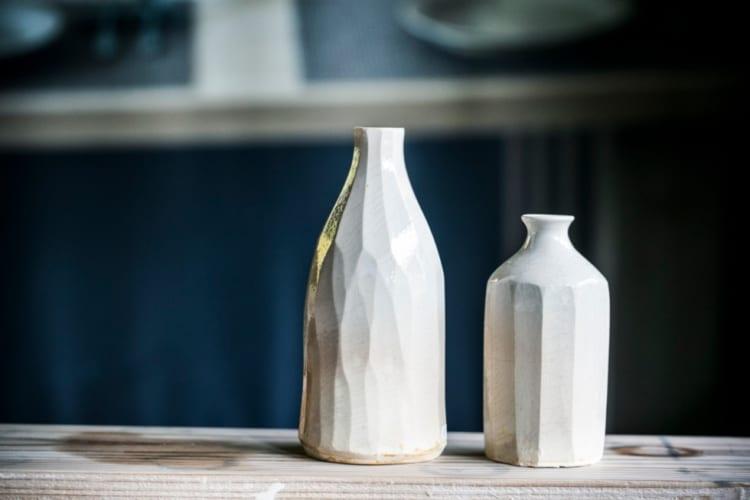 モダンな形の花瓶は、生活を彩ってくれるはず