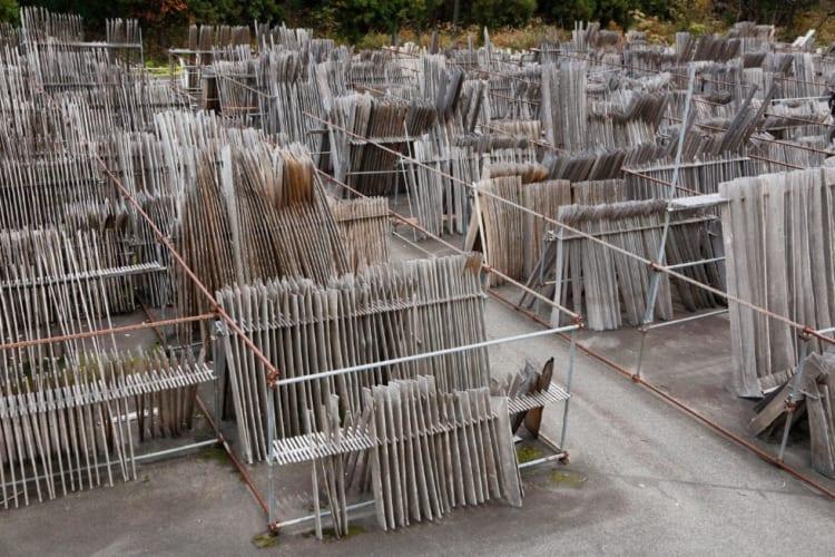 工房の前に並ぶ膨大な量の桐材。乾燥と渋抜きのために3年ほど干す。奥会津の厳しい風雨に耐えることのできなかった板は、この時点で取り除かれるため、非常に上質な桐材のみが残る