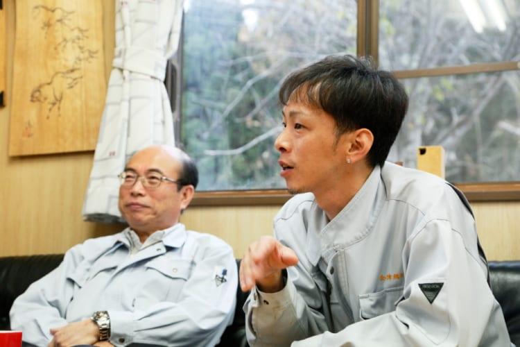 会津桐タンス株式会社の現場を取り仕切る板橋充是さん(左)。板橋さんが思いついた新製品のアイデアを角田さんが形にすることも少なくないという
