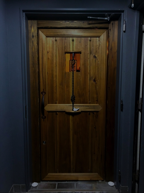 お店には看板がなく、どこにも店名が書かれていないので、ビルの2階の明かりと木の扉を目印に