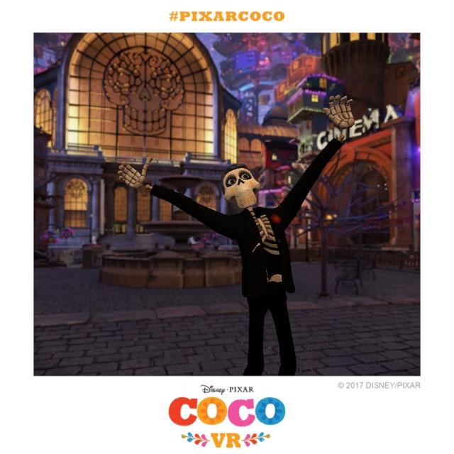 『Coco VR』の中で記念撮影する筆者。コントローラーを持って手を広げれば自由にポーズをとれる。©Disney/Pixar