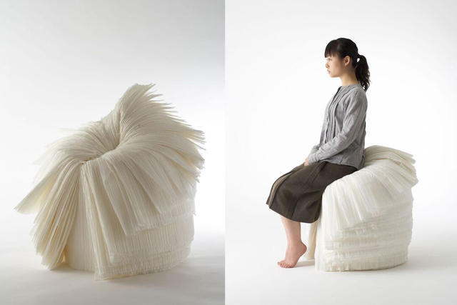 大量に束ねた紙をロール状にして、それを一枚一枚むいていくことで出来上がる造形が美しい椅子「cabbage chair」(写真:林雅之)