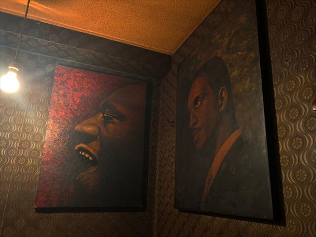 ジャズのポスターや、ジャズマガジン「ダウンビート」が壁や天井いっぱいに貼られている。ジャズ画家として著名な久保幸造さんの絵も