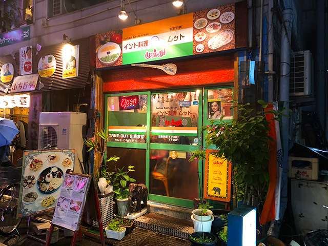 大通りから離れた場所に「ムット」はある。店構えはオレンジと緑が鮮やかなので、見つけやすい