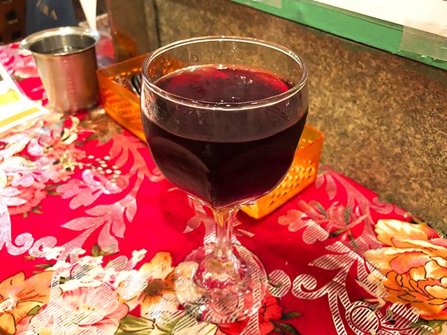 インドの赤ワインは渋みがない。じんわり濃厚な甘味とハーブのような香りが料理に合う。グラスは500円、ボトルで2850円とリーズナブル