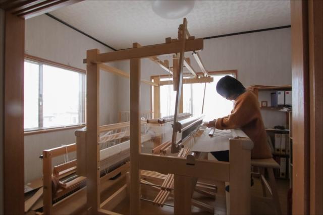 井上さんの家の織機。織物の仕組みを教えてもらいました