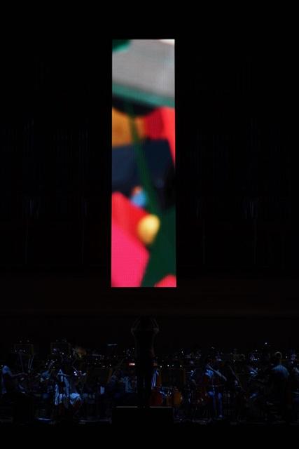 舞台背面に置かれたLEDの投影装置に、解像度の高い映像が表示された