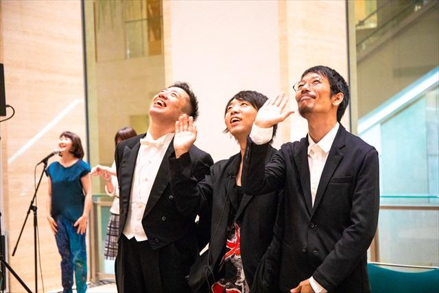アフタートーク終了後、笑顔で撮影に応じる落合さん、海老原さん、近藤さん=撮影・矢野拓実