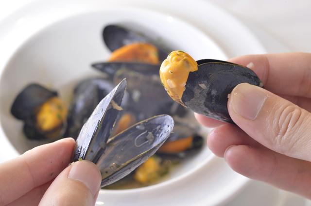ムール貝を貝殻でつまむと食べやすい