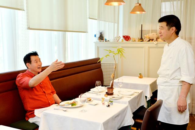 料理談義に花を咲かせる孫さんと井本シェフ