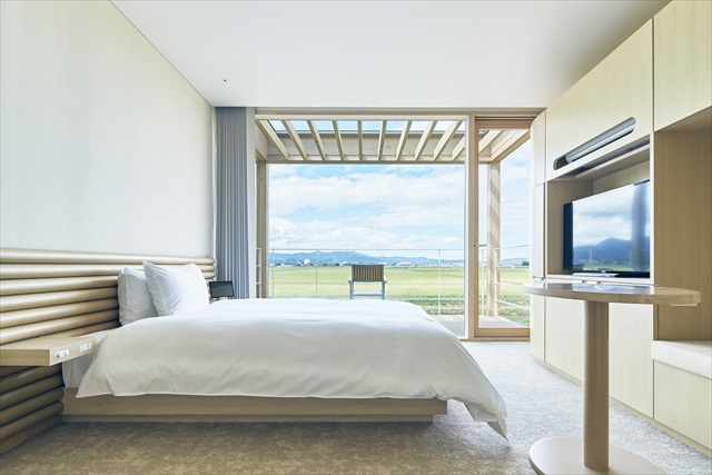 """建築家の坂茂氏が、""""稲穂がそよぐ風景の中に浮かぶようなホテル""""をテーマに設計したスイデンテラスの客室。一面に広がる水田が主役のホテルだ ※写真提供・ヤマガタデザイン"""