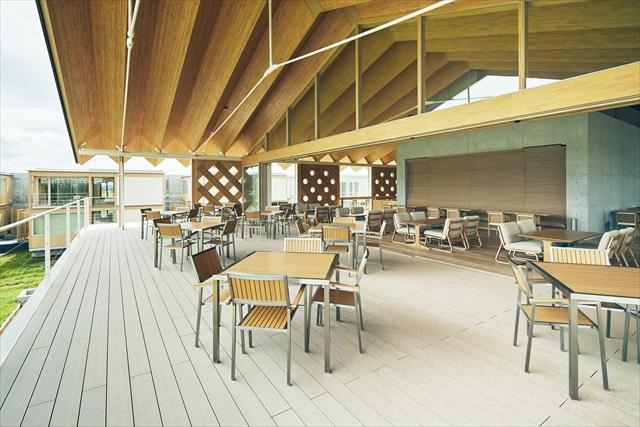 水田に向かう大開口が気持ちいいスイデンテラスのレストラン。最小限の木材で折紙を畳んだような構造体にすることで、大スパンを実現している ※写真提供・ヤマガタデザイン