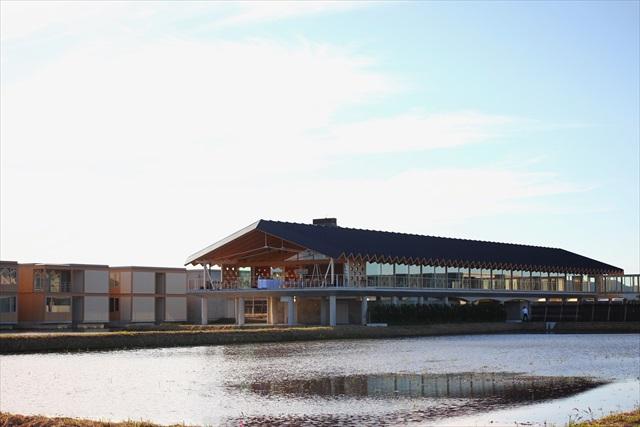 坂茂氏が初めてこの地を訪れた際、「この広い田園風景に建築が勝てるわけがない。この風景にふさわしい建築を設計しよう」と話したという