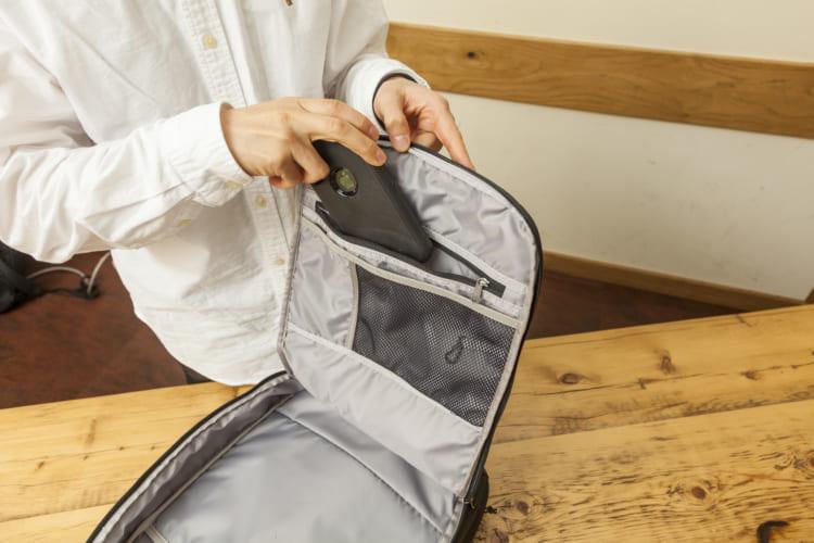 3種類の小物用ポケット。ジップポケットは大容量で、スマホ、文庫本、モバイルバッテリー程度は楽々収納。メッシュポケット内側にはキーホルダーが付いている