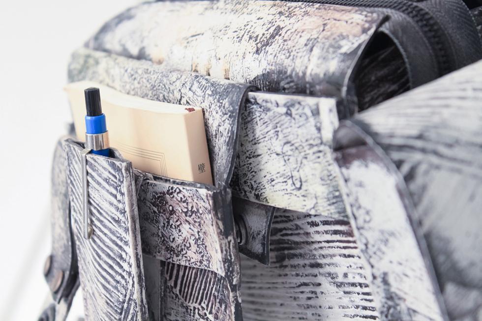 本物の壁が朽ちていく美しさを表現 異色のカバン「コシブクロ」