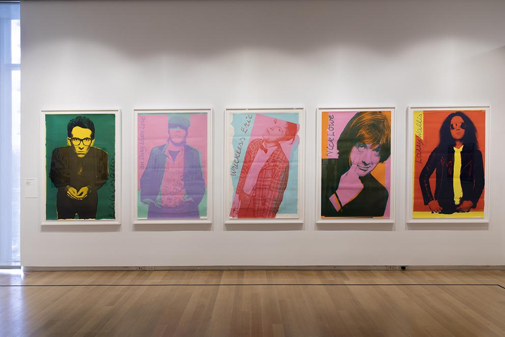 写真はエルビス・コステロのものだが、美術家のアンディー・ウォーホルの版画作品を模している。 Installation view of Too Fast to Live, Too Young to Die: Punk Graphics, 1976-1986 at the Museum of Arts and Design, New York (April 9–August 18, 2019). Photo by Jenna Bascom