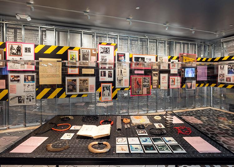 写真下はパンクのファッションでは定番のアクセサリー。パンクのシンボルの一つ「安全ピン」を使用したデザイン性の高いものが多く見られる。 courtesy of Museum of Sex