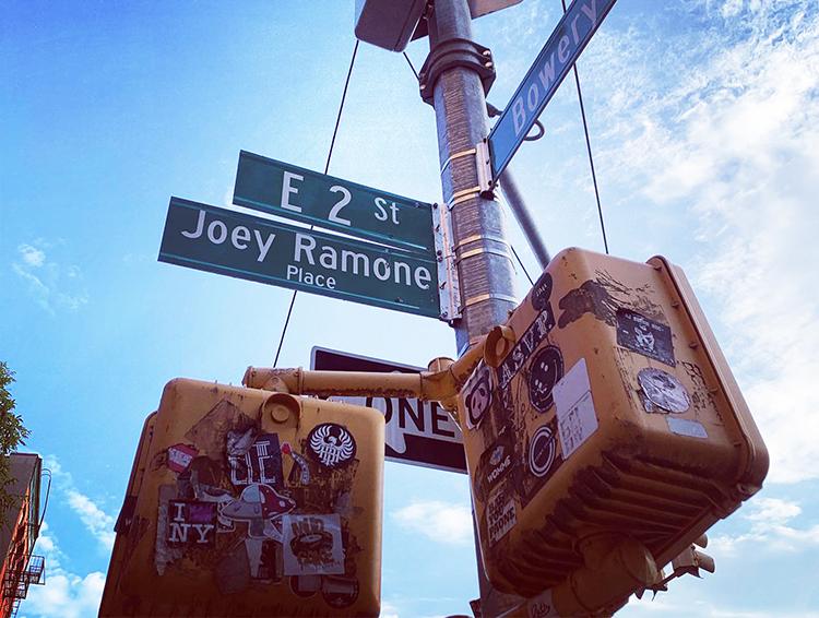 今もCBGB跡地には、故ジョーイ・ラモーンさん(ラモーンズのボーカリスト)を称えて取り付けられた「ジョーイ・ラモーン・プレイス」の看板がある。2003年に地元のオーガニゼーションにより取り付けられた。クイーンズ地区にも「ラモーンズウェイ」というバンド名を掲げた道がある