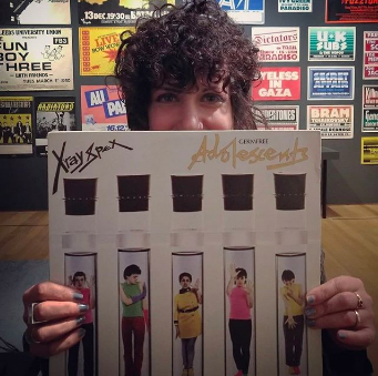 幼い頃から兄のレコードを聴いて育ち、パンクにも詳しいアーティストのマイカ・スカリンさん。NYの大学で教鞭(きょうべん)を執る。彼女が手にしているのは、UKのパンクバンド、エックス・レイ・スペックスのレコード。マイカさんの大好きなバンドだそうだが、僕は知らない。アメリカと日本との情報量の違いを強く感じる