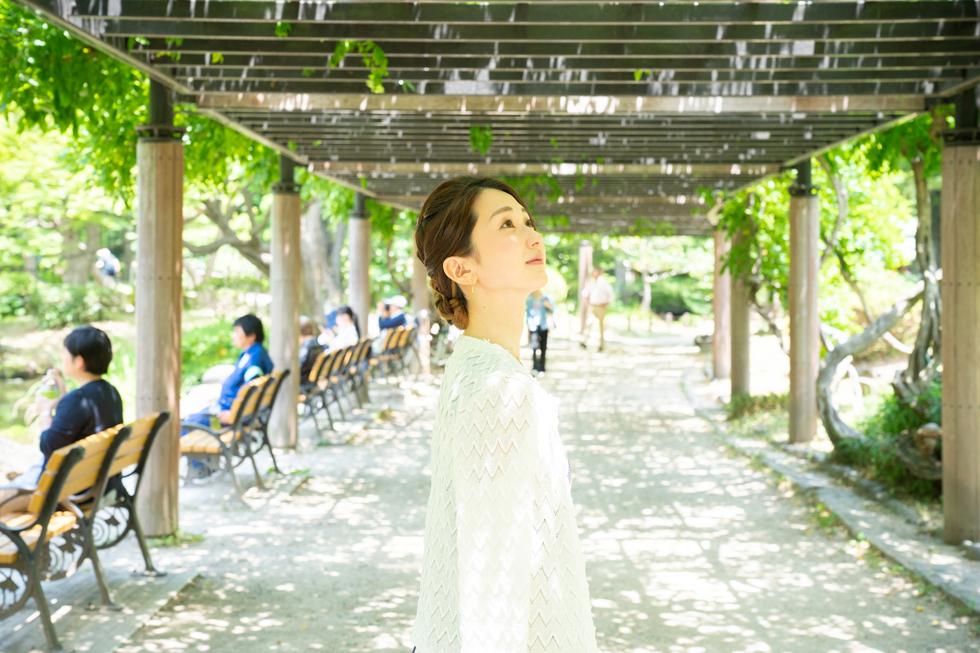"""藤棚。日本舞踊の『藤娘』の中にある""""愛(いと)しとかいて藤の花""""という歌詞がとても好きだったことを思い出す"""