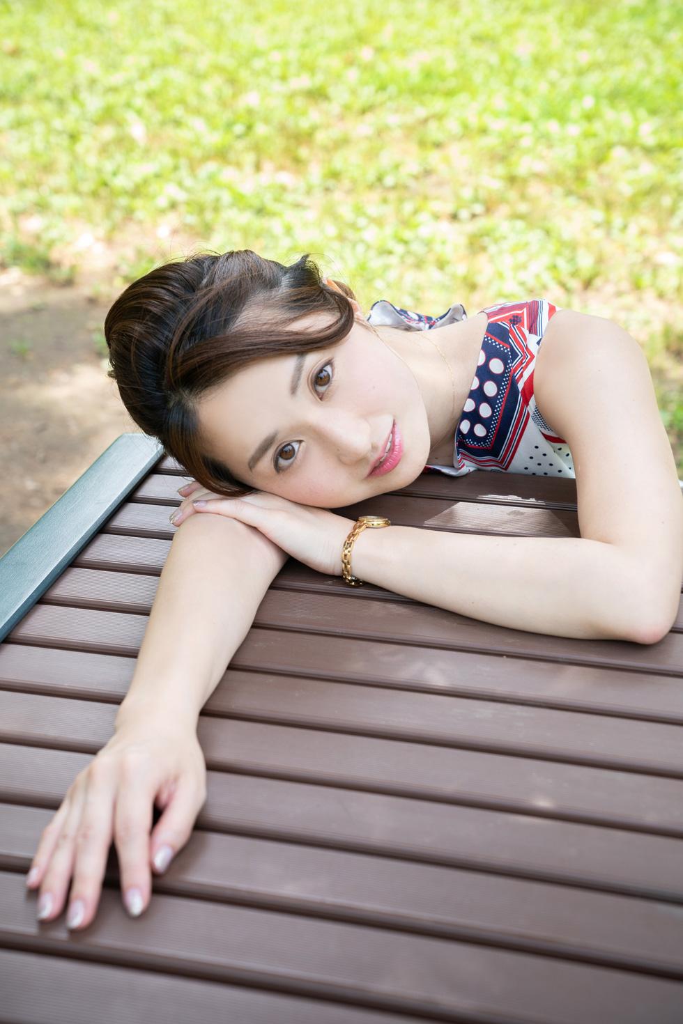 木陰で少し涼しい公園の机にて。撮影日は6月で梅雨の最中だったが「晴れ女」の星乃さんのお陰で良い天気に(稲垣)