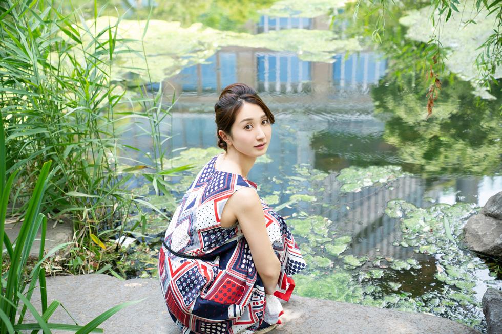 日比谷公園内の池のほとりにて。まるでモネの絵画の世界へ紛れ込んだよう(稲垣)