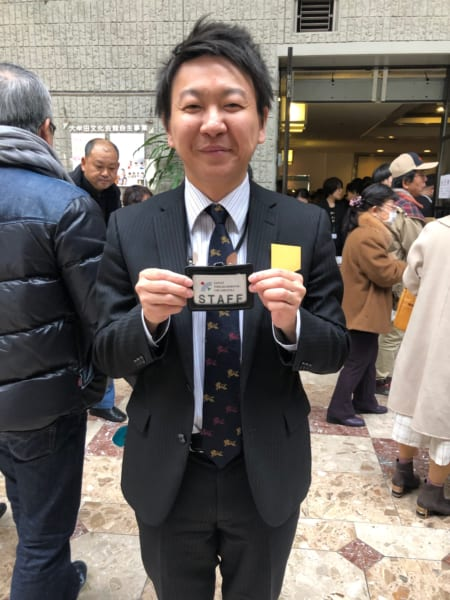 長らくボランティアを続け、少しずつ、長く続いてきた大牟田の日本フィル事務局の手伝いを本格的に参加し始めた地元の冨山博史さん。うれしそうに、スタッフ証を見せてくれました