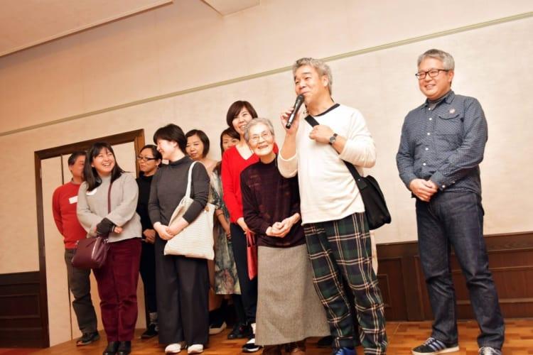 d日本フィルの会のメンバーと、マイクを持つ僕。左は「コーヒーサロンはら」の上野さん。よく見ると、演奏家もちらほら一緒に壇上に上がってくれていました。本当にうれしい瞬間